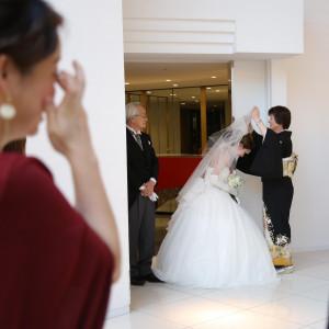 花嫁の最後のお支度として、お母様に【ベールダウン】をしていただいている、感動的なシーン。 JASMAC PLAZA(ジャスマック プラザ)の写真(4071176)