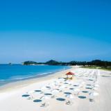 沖縄ならではの真っ白な砂浜を誇るオクマのビーチ