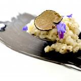 高級食材【黒トリュフ】を使用した1スプーンリゾットは上質な見た目と味わいを楽しめる