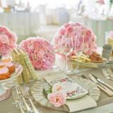 【フラワーショップ】 おふたりに代わってゲストをお迎えする会場装花。 ホテル専属のフローリストがおふたりの想いを一輪一輪の花に込めてカタチにしてまいります。