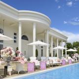 豊かな緑に包まれた、ガーデンプール付きの白亜の大邸宅 WHITE HOUSE