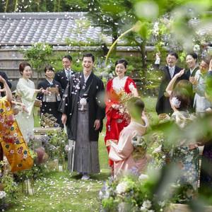 誓いの舞台となる、八坂の塔を臨む凛とした清涼感に包まれた緑の庭園は、ソウドウで挙式する人だけに開かれる特別な場所|ザ ソウドウ 東山京都(THE SODOH HIGASHIYAMA KYOTO)の写真(5815305)