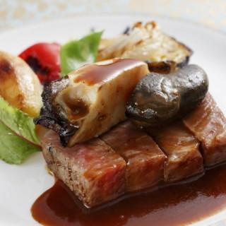 (1)QUOカード最大1万円分(2)黒毛和牛ステーキを含む6品豪華フルコース試食
