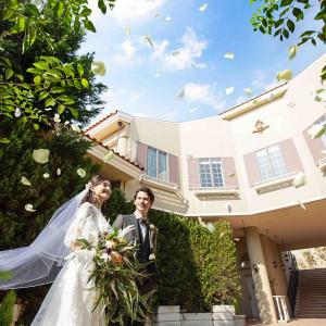 挙式後は大階段でフラワーシャワーの祝福を|アイネスヴィラノッツェ宝ヶ池(クラウディアホールディングスグループ)の写真(4463374)
