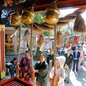 参殿前に拝殿の鈴を鳴らします|冠稲荷神社 宮の森迎賓館 ティアラグリーンパレスの写真(10751596)