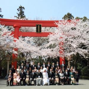 甲大鳥居前での集合写真 冠稲荷神社 宮の森迎賓館 ティアラグリーンパレスの写真(267791)