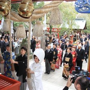 参殿前に拝殿の鈴を鳴らします 冠稲荷神社 宮の森迎賓館 ティアラグリーンパレスの写真(267796)