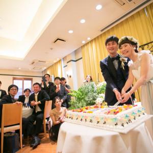 みんなに囲まれて行うウエディングケーキご入刀♡|リッツガーデンハウスアヴェニューの写真(1907508)
