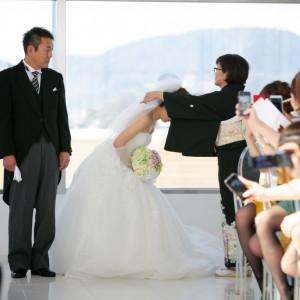 お父様に見守られて お母様による花嫁のお仕度の仕上げベールダウン リッツガーデンハウスアヴェニューの写真(763940)