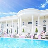 プール付の広大なガーデンに差し込む陽の光が優しく白亜の邸宅を包み込みます。写真うつりもバッチリ。