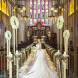 90名まで収容出来る大聖堂内は天井高が20mと他では味わえない圧倒的なスケール感。また聖壇へと続く階段がロングトレーンのドレスを立体的に魅せ挙式中の後ろ姿をより美しく演出