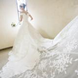 トレーンの長いドレスはバージンロードもゆったりとした長さがあるため、花嫁様をより輝かせます