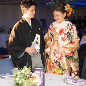 ふたりで各卓へ水合わせの儀でご挨拶|観音崎京急ホテルの写真(1469578)