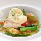 魚料理にも旬の野菜をふんだんに使用。時間をかけて低温で蒸し焼きにした真鯛のふっくらとした食感は食べたことがない味わい。新郎新婦からも大人気の1品。