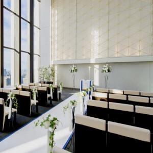 丸ビルのアトリウムがおふたりの挙式会場に。自然光が降り注ぐ開放感が◎|サンス・エ・サヴール(ひらまつウエディング)の写真(3953389)