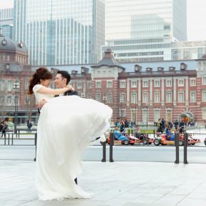 東京駅丸の内駅舎をバックに。憧れの丸の内ロケーション撮影が結婚式当日に叶う|サンス・エ・サヴール(ひらまつウエディング)の写真(4739558)