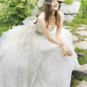 ビジューやレースを使い、細かいところにまでこだわったドレスは、まさに花嫁さまの憧れの1着(C)Disney|ベルヴィ リリアルの写真(2423555)