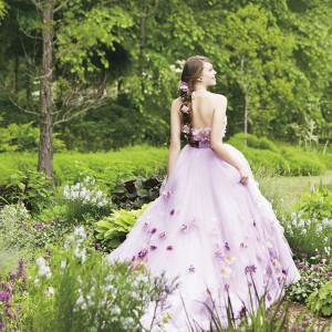 三つ編みヘアに飾られた花をイメージして、ドレス全体に小花をふんだんに使用したドレス(C)Disney|ベルヴィ リリアルの写真(2424393)