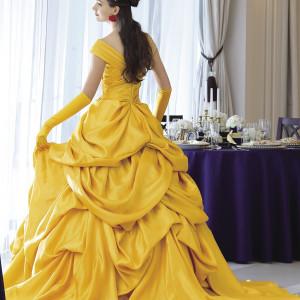ベルの象徴的なカラー黄色のドレス。物語に欠かせないガラスドームの赤いバラはイヤリングのモチーフに(C)Disney|ベルヴィ リリアルの写真(2423561)