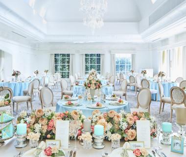 白を基調とした披露宴会場は多彩なコーディネートが可能