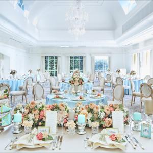 白を基調とした披露宴会場は多彩なコーディネートが可能|アビー・ラ・トゥール教会(ウエディングセントラルパーク)の写真(1800400)