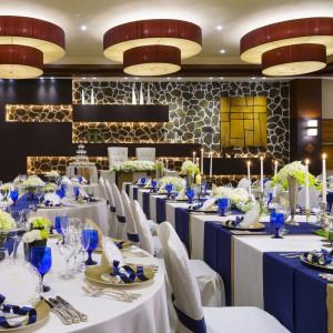 披露宴も正統派に・・・。ロイヤルブルーが結婚式にふさわしいコーディネートを演出いたします。|ホテル国際21の写真(1101302)