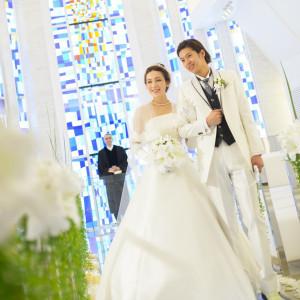 白を基調としたチャペルには、虹をモチーフにしたステンドグラスの光が降り注ぎます|ホテル国際21の写真(1295404)