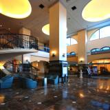 ホテルロビー:スペインのリゾート地を思わせる佇まいとスペイン調のソファやテーブルを使用。