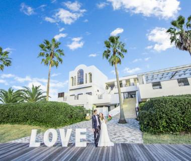 ギリシャ・エーゲ海をモチーフにした白亜の邸宅。おふたりの別荘に皆様をお招きするイメージで結婚式を叶える事が出来る♪