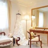 お2人専用のお控室。カーテンで仕切られた奥にはウェディングドレス姿のご新婦様が・・・。おふたりにとっても最初の感動の一瞬です。