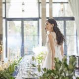 光あふれるホワイト&ブラウンを基調とした明るく落ち着いた雰囲気の会場でゲストをお2人らしい装飾でおもてなししよう♪