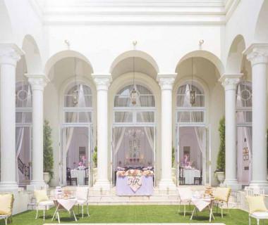 アーヴェリール迎賓館の凱旋門をくぐると、回廊に囲まれたプール付きガーデンが広がる。優美でプライベート感たっぷりの空間で憧れのウエディングを!