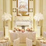 白い羽と淡いピンクをコーディネートした繊細で豪華な装飾。