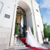 幸せいっぱいのおふたりをお迎えするのは、壮麗に佇む白亜の凱旋門!