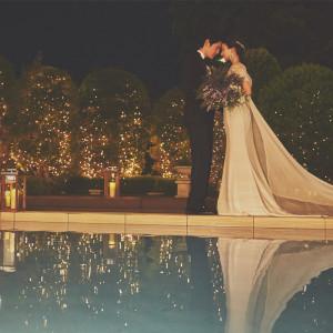 水が美しく煌めくプールサイドに立つふたりを包みこみます アーカンジェル迎賓館 天神の写真(3589258)