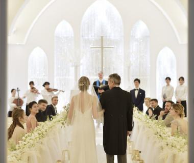 白を基調としたシンプルなデザインのクリスタルチャペル。どんなドレスでも華やかに花嫁を輝かせてくれます。また完全貸切だからコーディネートもお好きなデザインに!