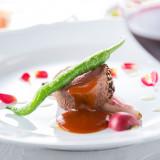 メインのお肉料理も、エトゥルスキのシェフにかかればこんなに鮮やかになる(エトゥルスキ)