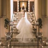 ご新婦様のドレスのうしろ姿…ロングのトレーンが綺麗に映えます。