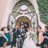 皆様の温かい拍手に包まれて…挙式後のお祝いのフラワーシャワーでは自然とお2人も笑顔が溢れます。