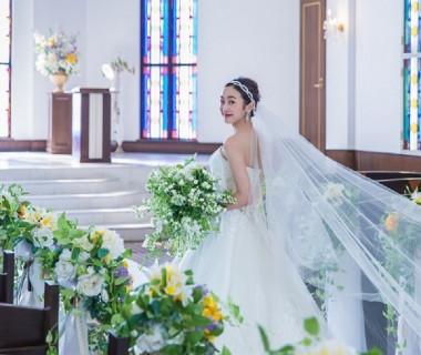 白を基調とした明るいチャペルは写真写りも抜群♪ 新婦様の美しさをより一層引き立たせます。