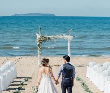 目の前には青い海を白い砂浜。 180度見渡すかぎり広がる海や空、太陽を身近に感じながらできる ビーチリゾートウェディング。