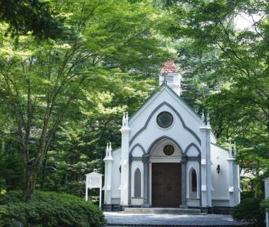 ホテルに併設されている「旧軽井沢礼拝堂」。 こちらは、日本聖公会(英国国教会)に認可されているチャペル。 現職の司祭様が、お2人のご結婚式を執り行います。