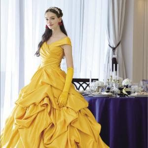 ベルの象徴的なカラーの黄色のドレス。ガラスドームの赤いバラはイヤリングのモチーフに (C)Disney|アルカーサル迎賓館川越の写真(2414662)