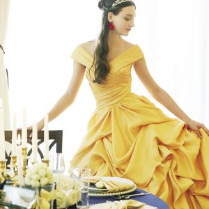 オフショルダーと緞帳のようなドレープスカートでベルっぽさを演出 (C)Disney|アルカーサル迎賓館川越の写真(2414673)