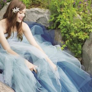 アリエルと海をイメージしたブルーグリーンの絶妙なグラデーションが印象的なドレス (C)Disney|アルカーサル迎賓館川越の写真(2414637)