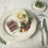 嵯峨野の小さな森のシェフがお送りする「嵯峨野フレンチ」。森の結婚式をテーマに創りだすお料理は、見た目は勿論、味にも定評のある自慢の一皿ばかり。