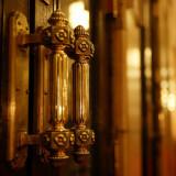 正面玄関の黄金色に輝く真鍮製のドアノブ