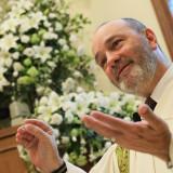 スワロー牧師がお二人だけの祝辞を延べてくれる