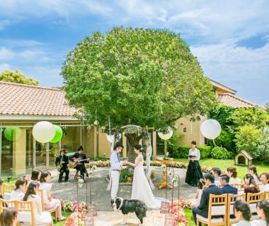 緑にや色とりどりのお花に囲まれた青空の下でのガーデン挙式。ゲストとの距離も近いのでアットホームな温かい結婚式が実現できます♪