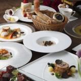 各地から厳選した新鮮食材を使ったこだわりの料理は、食通ゲストも満足の美食コース